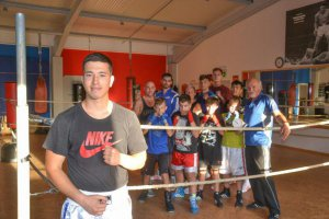 Abuzar Nojomi inmitten seiner Box-Familie vom TSV Korbach