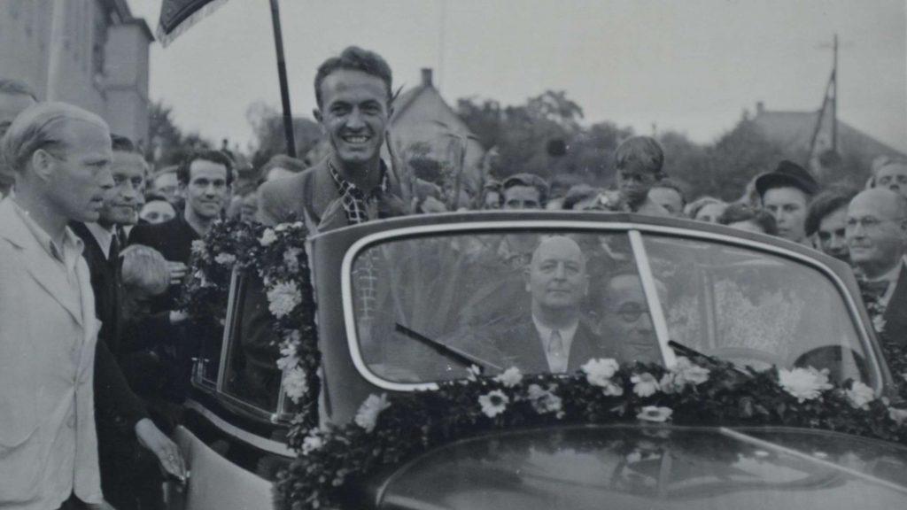 Erfolgreichster Athlet der 50er-Jahre in den Reihen der Leichtathleten des TSV Korbach: Herbert Göbel; hier gefeiert bei einem Empfang in Korbach nach seinem Deutschen Meistertitel im Weitsprung.