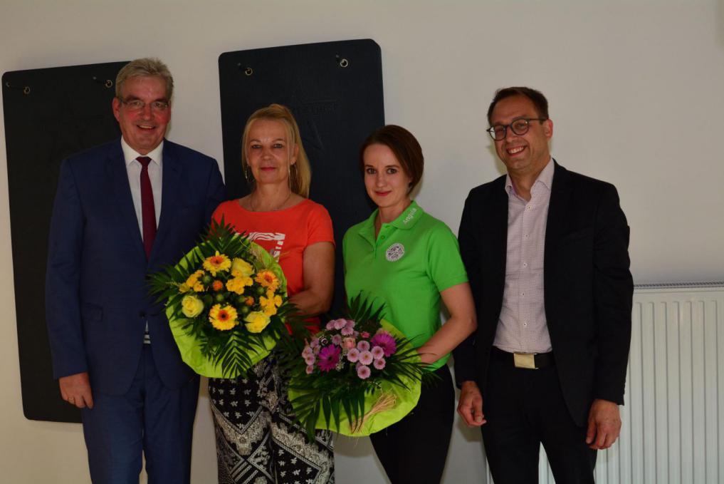 Uwe Steuber, Angela König und Andreas Bolter überreichen Heike Bittner, 3.000. Mitglied des TSV Korbach einen Blumenstrauß