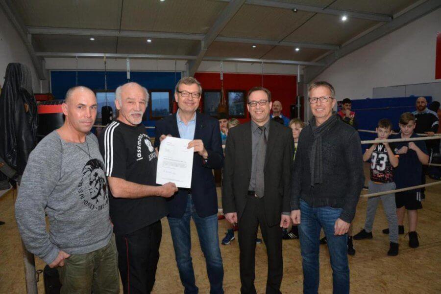 Der Rotary-Club Korbach überreicht der Boxabteilung des TSV Korbach eine Spende
