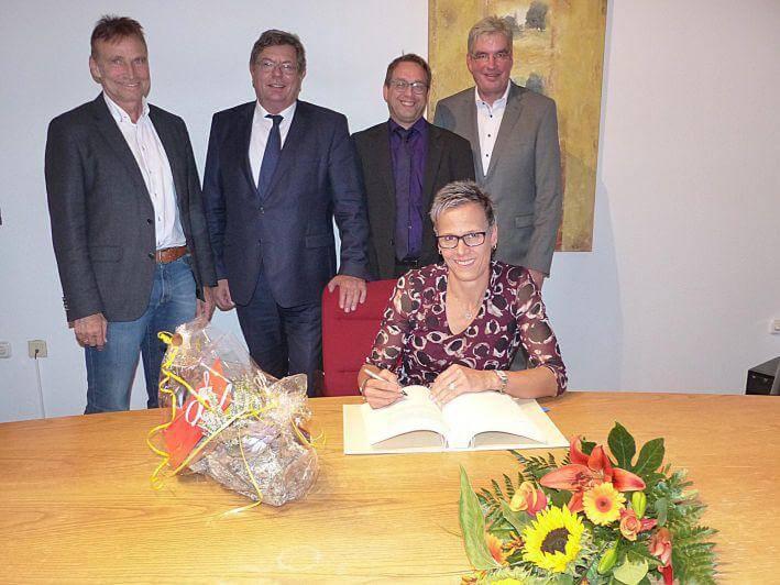 Tatjana Schilling (TSV Korbach) - Eintrag ins goldene Buch der Stadt